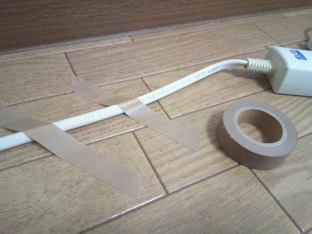無印良品のマスキングテープ3本組でケーブルを固定