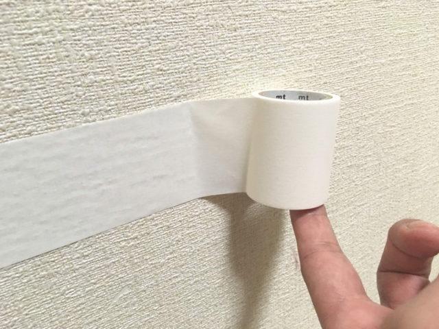 マスキングテープを壁紙の上に貼る