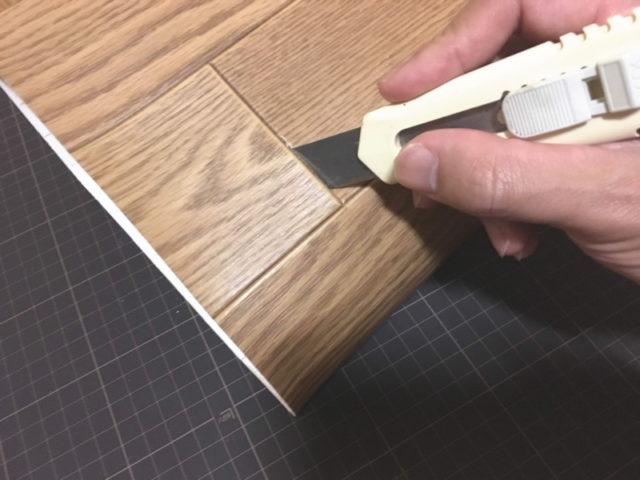 カッターナイフで側面に切れ込みを入れる