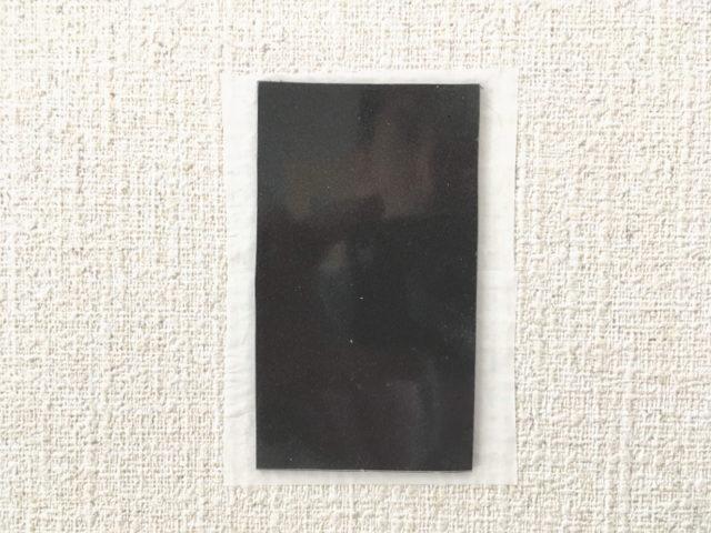 塩ビ壁紙にマスキングテープを貼り、その上に自撮りシートを貼る