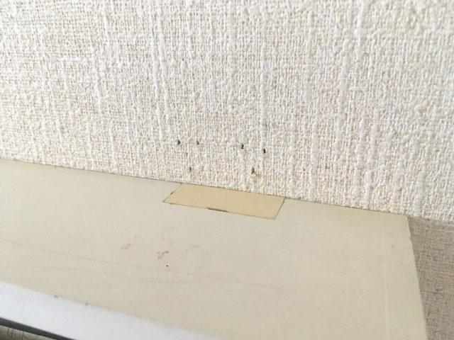 石膏ボード壁用マガジンラックのピン跡