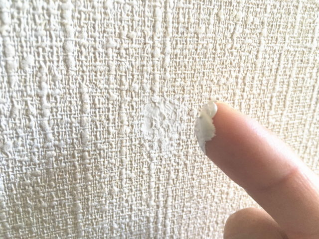 広い面は指先で塗る