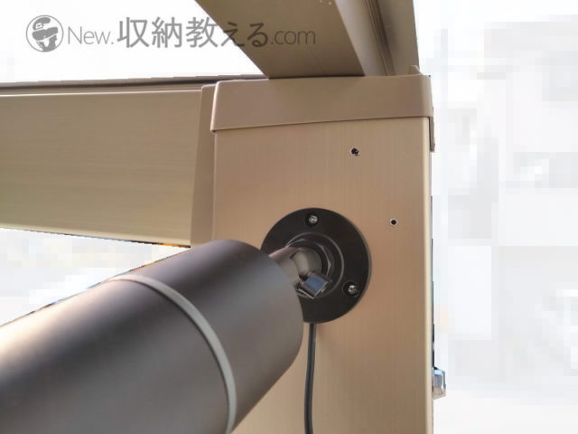 サイクルポートの支柱に穴を開けて防犯カメラを設置