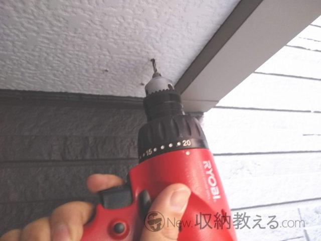 軒下に穴を開けて防犯カメラを設置