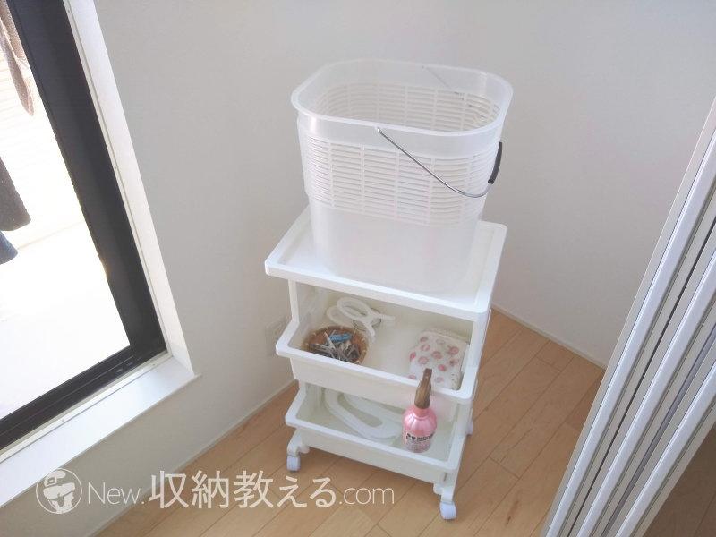 布団ばさみの収納や洗濯カゴを置くのに便利