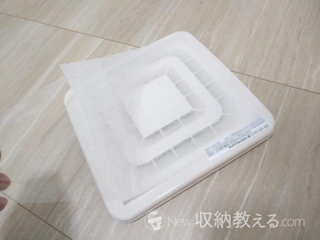 ダイソー・換気口粘着抗菌フィルター(角型2枚)は全面に接着剤が付いているので貼るのが楽