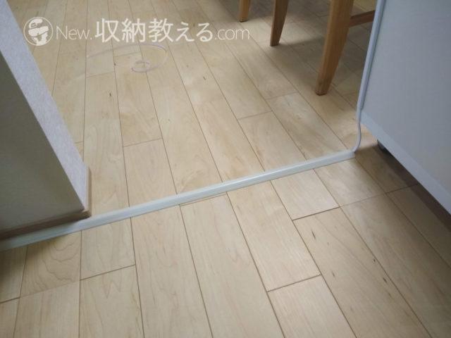 床面は床用モールを両面テープで固定