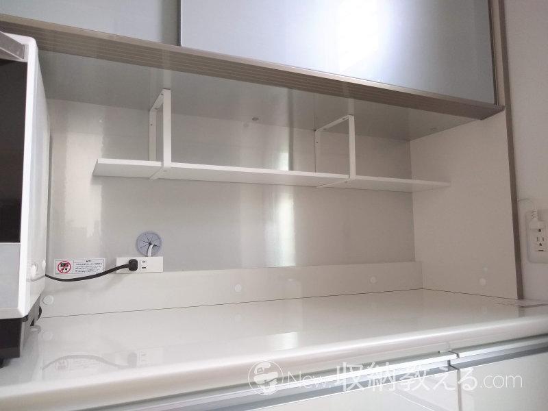 パモウナの食器棚のオープンスペースにスクエアフレームで棚を取り付けた