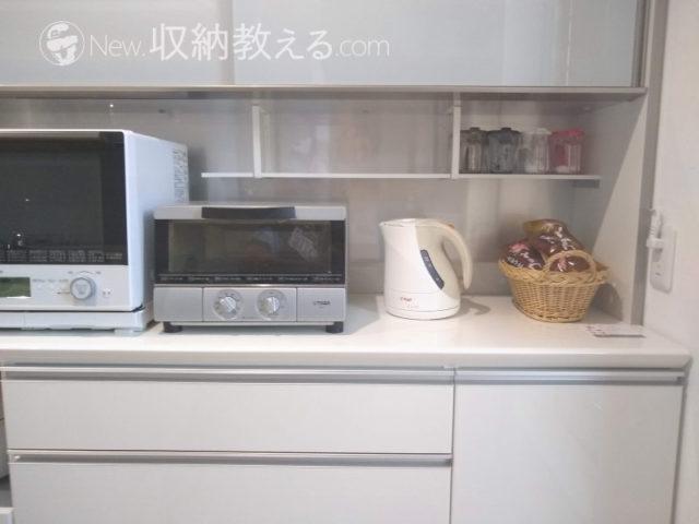 パモウナの食器棚のオープンスペースにスクエアフレームで棚板を設置