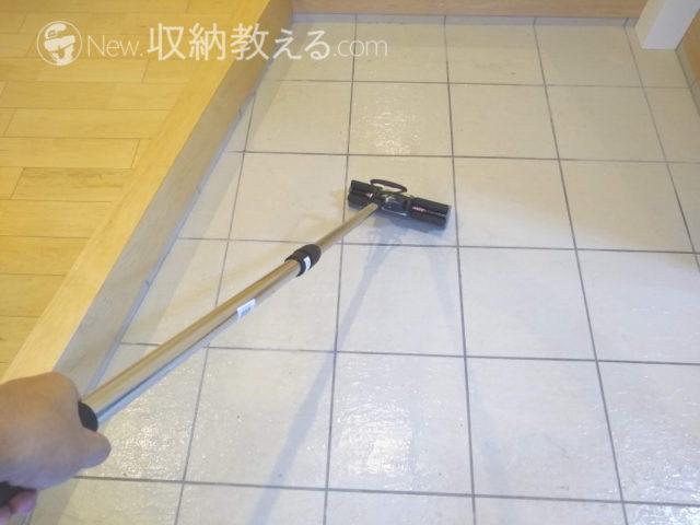 スポンジワイパーで玄関の床タイルを掃除