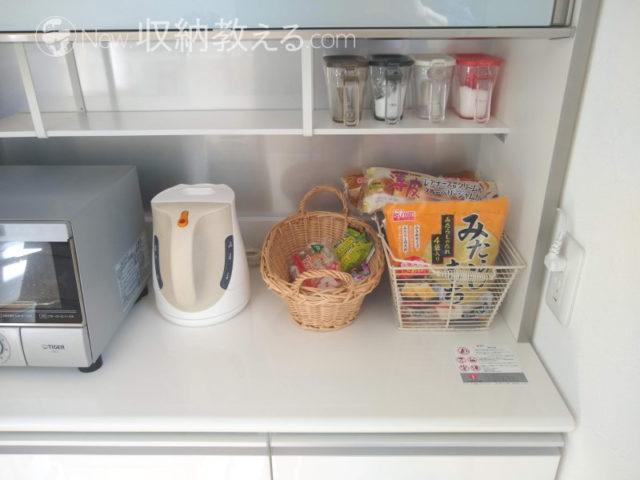 食器棚の隅のパンのストック置き場
