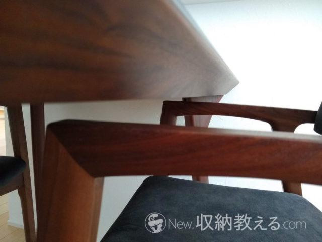 テーブルの幕板などに肘置きが当たる場合があるので注意