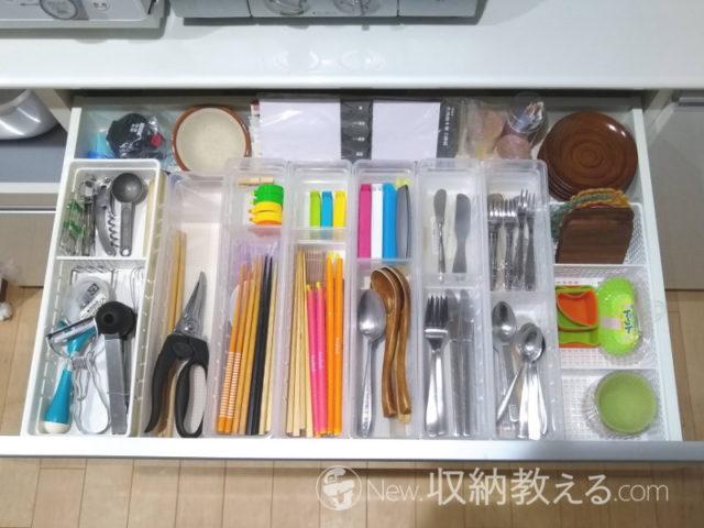 食器棚の引出しを100均のキッチントレーで仕切った状態