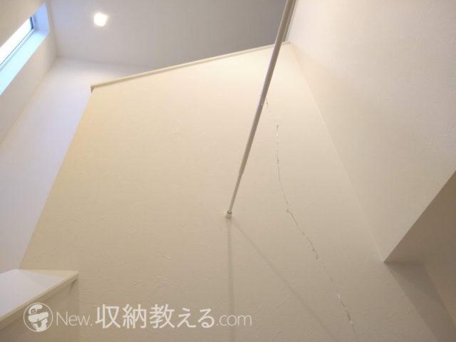 ワイヤーLEDの端部を固定した突っ張り棒を設置