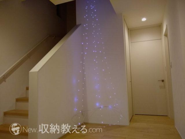 吹き抜けにLEDイルミネーションで作ったクリスマスツリー