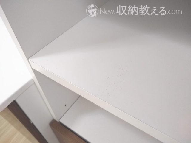 サニタリー収納の棚板についた汚れ