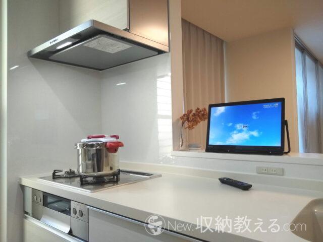 キッチンで料理をしながらテレビ