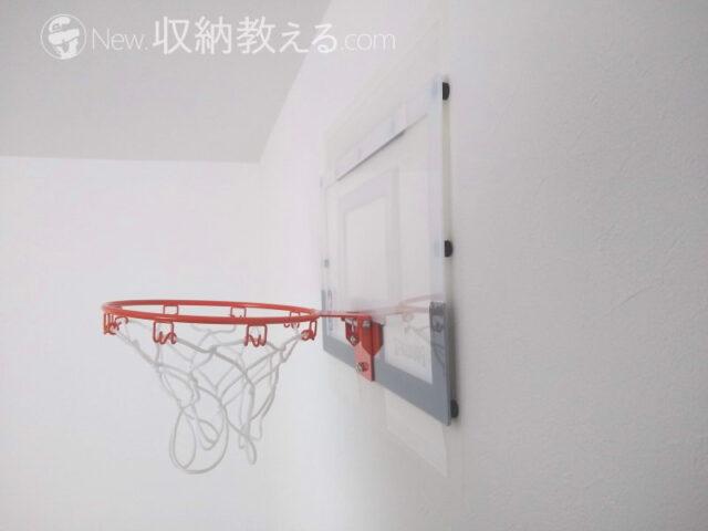 壁にマステを貼ってからバスケットゴールを両面テープで固定
