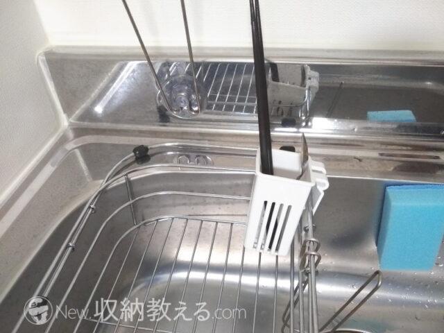 スライド式シンク水切りバスケットの内側にイノマタ化学のキッチンツール水切りをセットした状態