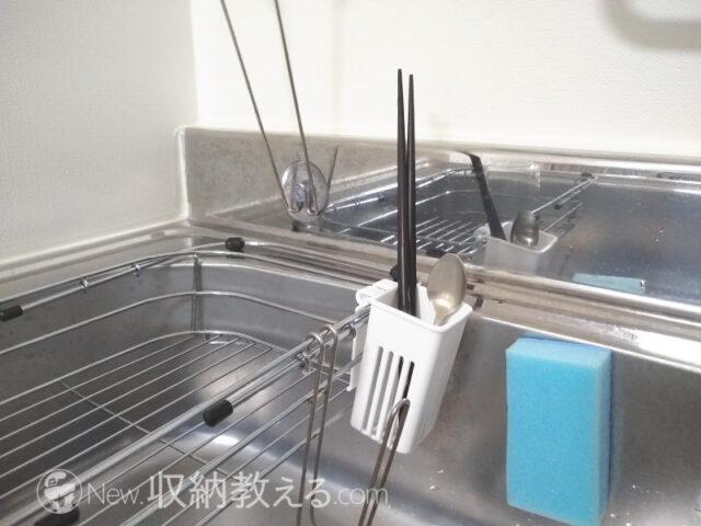 スライド式シンク水切りバスケットの外側にイノマタ化学のキッチンツール水切りをセットした状態