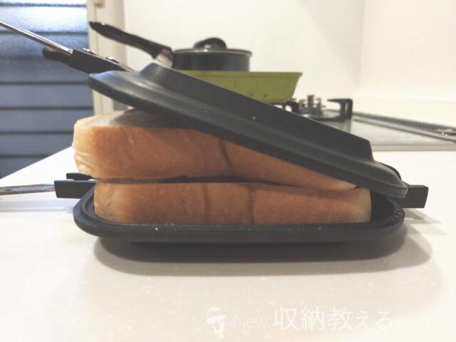 普通にホットサンドメーカーに挟むと食パンがハミ出してしまう