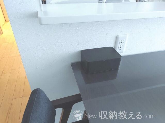 ダイニングテーブルの上の山崎実業「おしりふき 収納 ケース スマート ブラウン 3256」